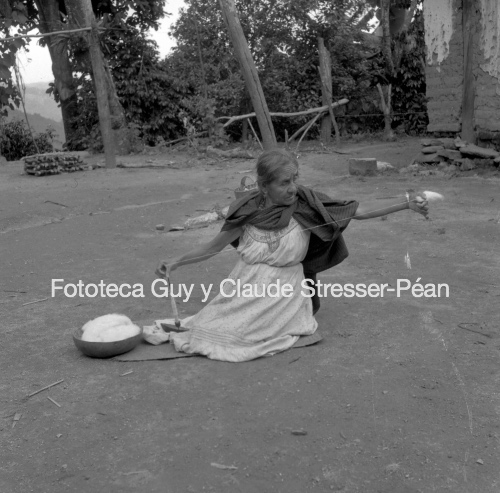 Mujer chatina hilando algodón. 1956.