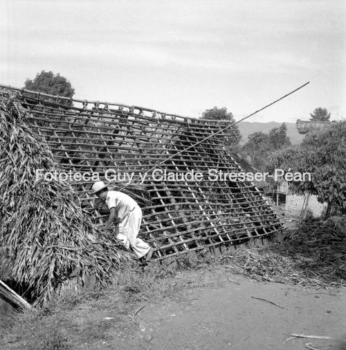Construcción de una casa en Huautla de Jiménez. 1956.