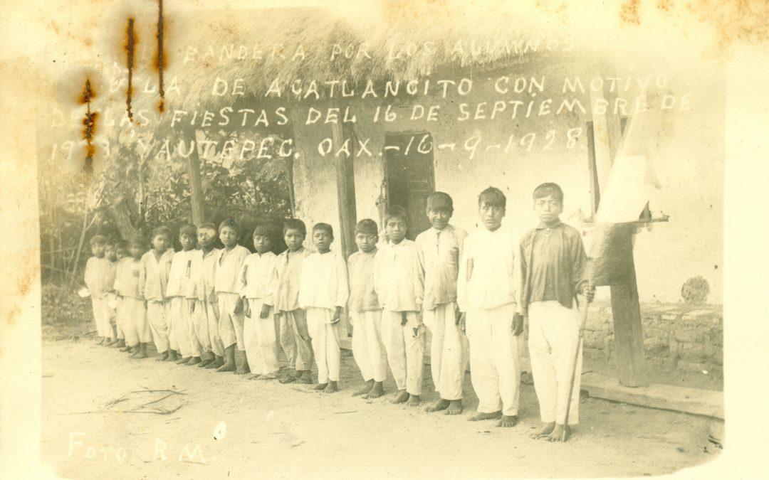 Jura de bandera de los alumnos de la escuela de niños. Acatlancito, Yautepec; 16 de septiembre de 1928.