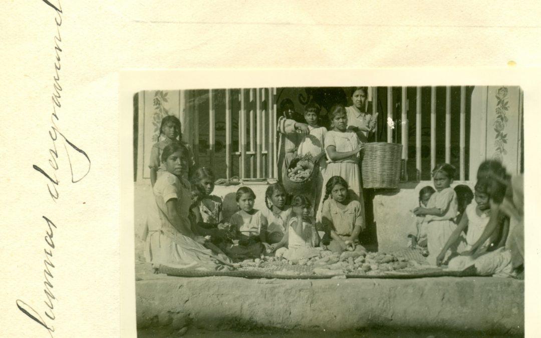 Alumnas desgranando. Década 1930.