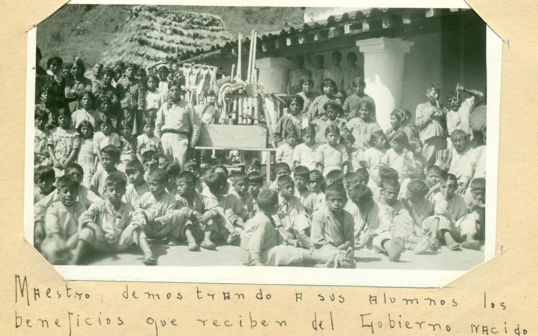 Maestro demostrando a sus alumnos los beneficios que reciben del gobierno nacido de la Revolución. 1937.
