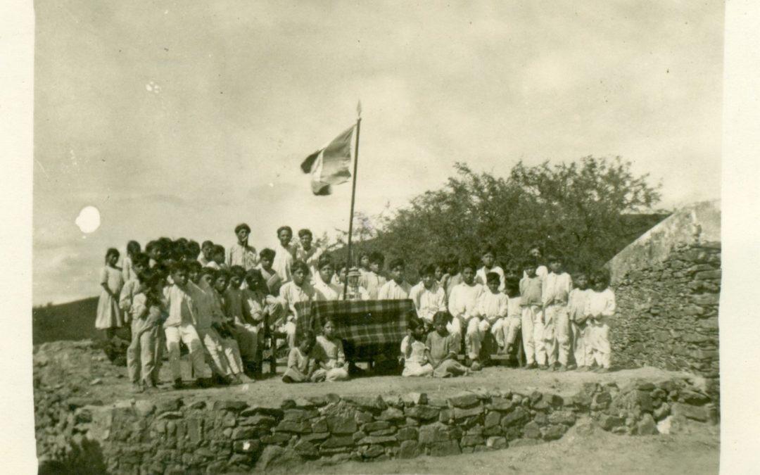 """Teatro al aire libre, bandera y lámpara de gasolina de 500 bujías. Escuela Rural Federal """"Alma Mixteca"""", San Sebastián del Monte, Santo Domingo Tonalá, Huajuapan; 1939."""