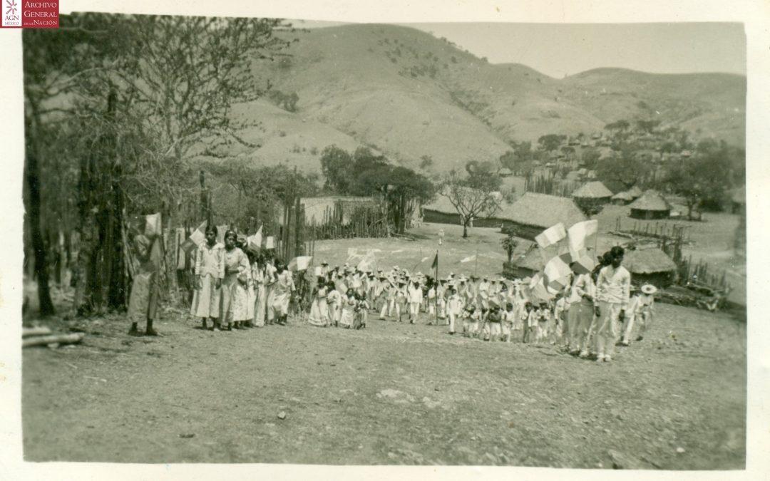 """16 de sep. Paseo cívico llegando a la escuela. Escuela Rural Federal """"Alma Mixteca"""" 1939."""