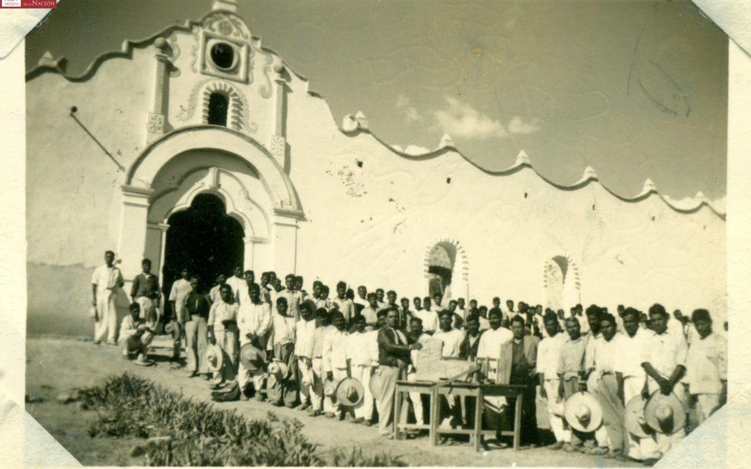 Inspector de la Zona y Director de la Escuela, entrega de Cartillas al H. Ayuntamiento del lugar, para su repartición a los analfabetas. 1945.