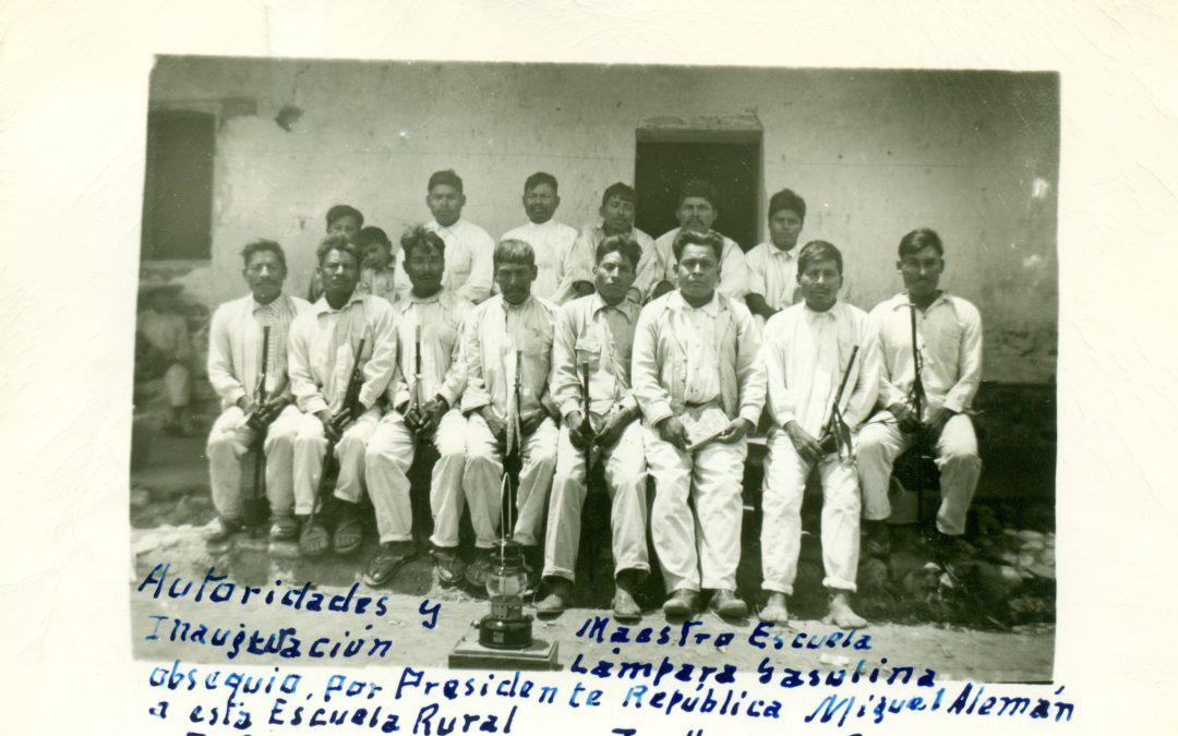 Autoridades y maestro de la escuela en la inauguración de la lámpara de gasolina. Sta. Rosa Caxtlahuaca, Juxtlahuaca. 21 de marzo 1950.